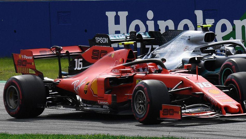 Ferraris Charles Leclerc (links) im Duell mit Valtteri Bottas im Mercedes