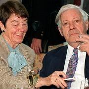 Archivaufnahme des Ehepaars Schmidt: Anzeige gegen den Altkanzler