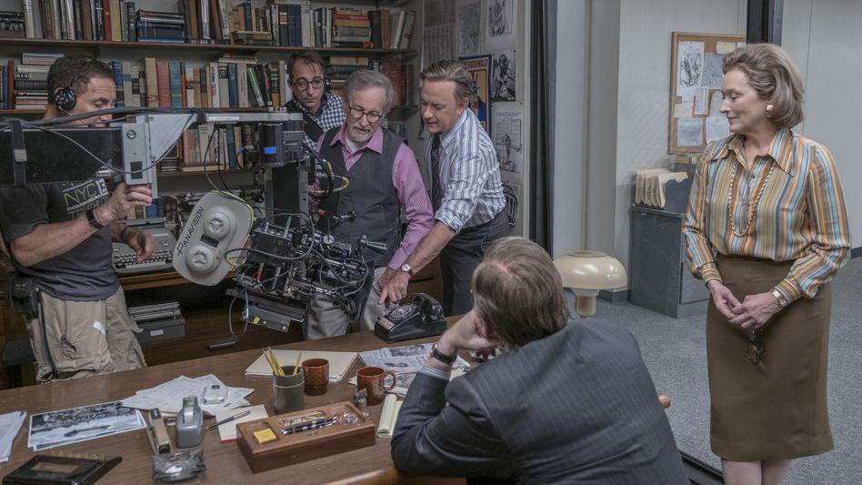 """Regisseur Spielberg (3. v. l.), Darsteller Hanks, Streep (r.) am Set von """"Die Verlegerin"""": """"Als säßen wir in einer Redaktion"""""""