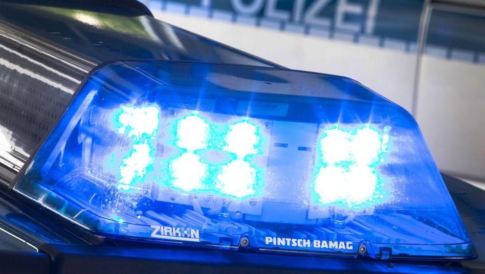 Ein Blaulicht leuchtet auf dem Dach eines Polizeiwagens (Symbolfoto)