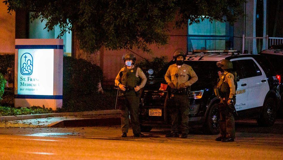 Polizisten stehen vor dem Krankenhaus in Compton im US-Bundesstaat Kalifornien