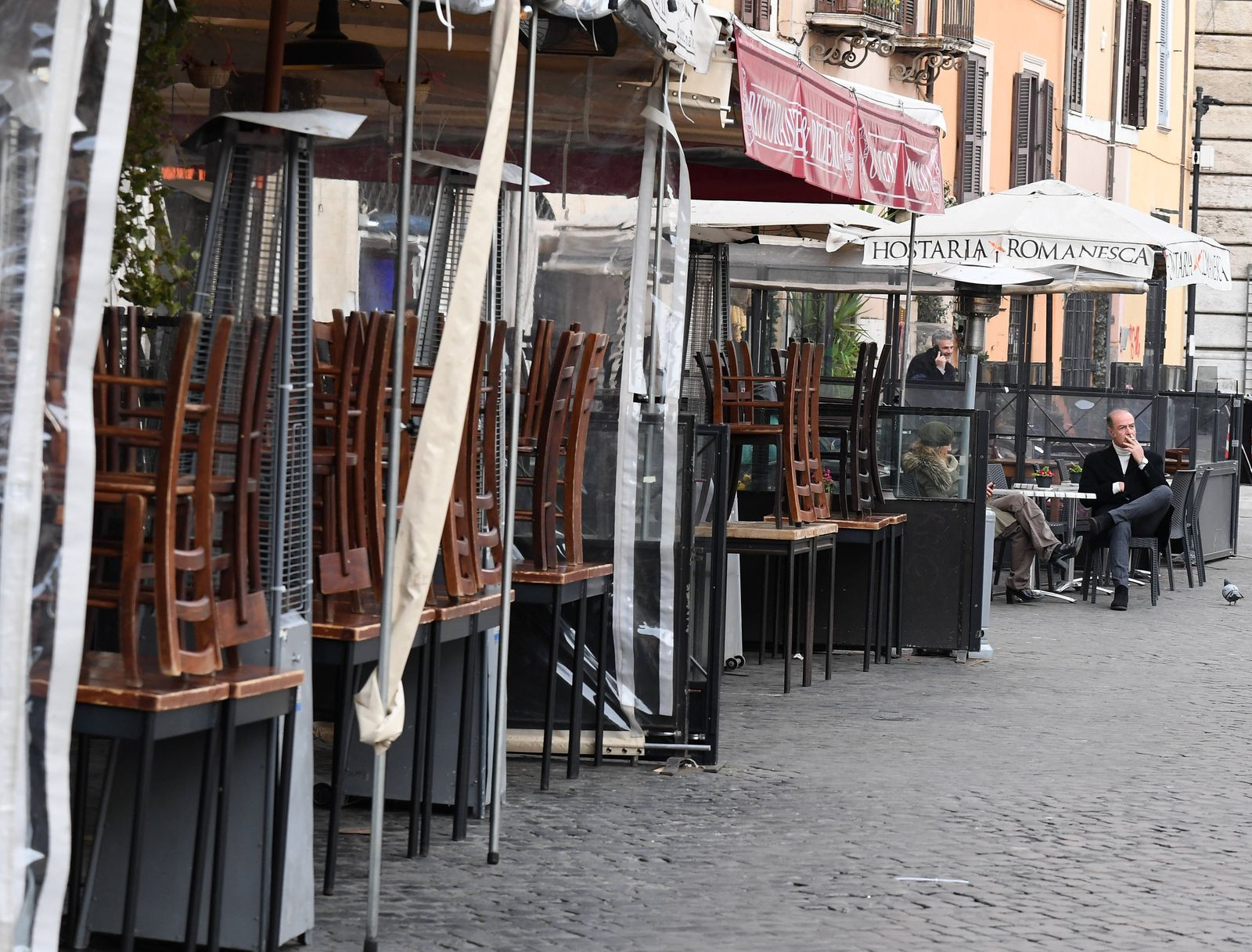 (200310) -- ROME, March 10, 2020 (Xinhua) -- Photo taken on March 10, 2020 shows a restaurant closed ahead of schedule d