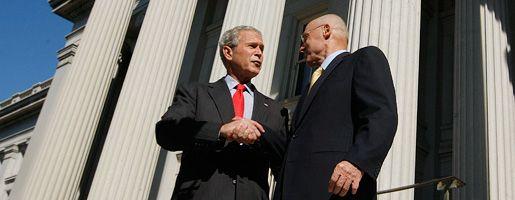Präsident George W. Bush und Finanzminister Henry Paulson am Freitag in Washington: Viele Experten halten die Bankensanierung nur für den ersten Schritt
