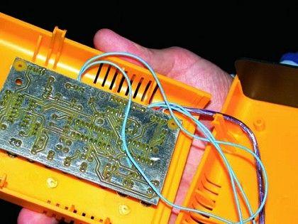 Heimarbeit: In die Platine seines selbst gelöteten Gameboy-Interfaces hat Firestarter einen Pac-Man stanzen lassen