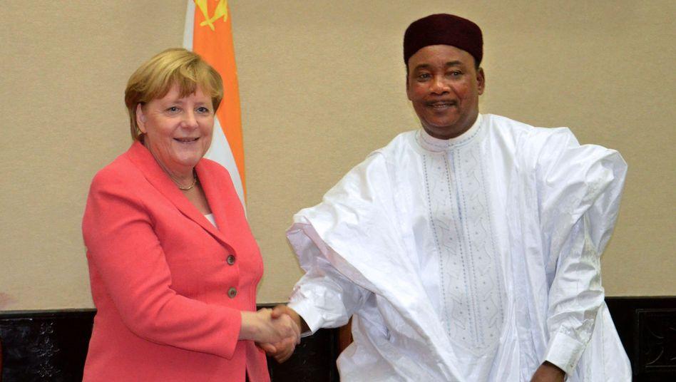 Angela Merkel mit dem Präsidenten des Niger Mahamadou Issoufou
