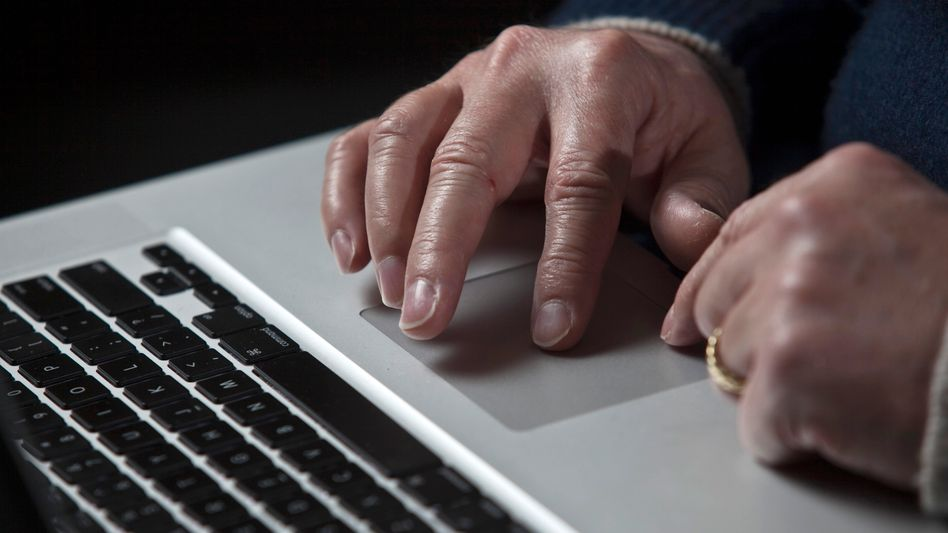 Ein Apple-Laptop: Mehrere Computer von Mitarbeitern seien von Hackern infiziert worden
