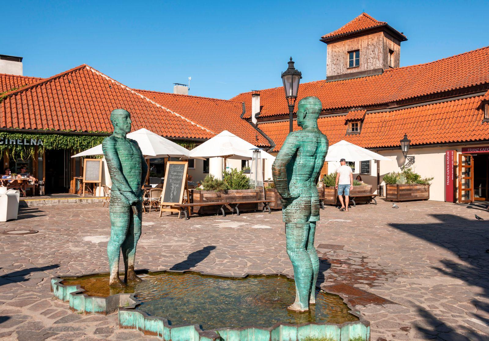 Zwei Männerfiguren pinkeln, Skulptur des Künstlers David Cerny vor dem Franz Kafka Museum, Prag, Tschechien, Europa ***