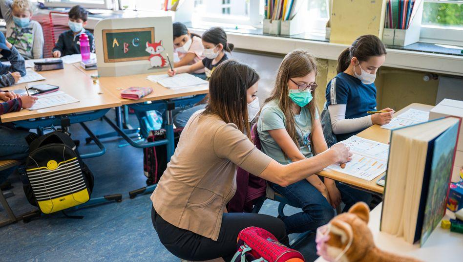 »Regelbetrieb mit allen Schulfächern und Unterrichtsstunden«: Schulklasse im Präsenzunterricht (im Saarland)