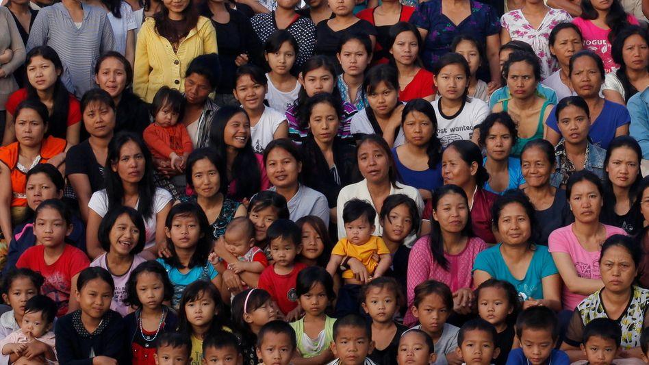 Foto der Familienmitglieder von Ziona Chana (Ausschnitt): Einige Volksstämme haben Ausnahmegenehmigungen für Polygamie