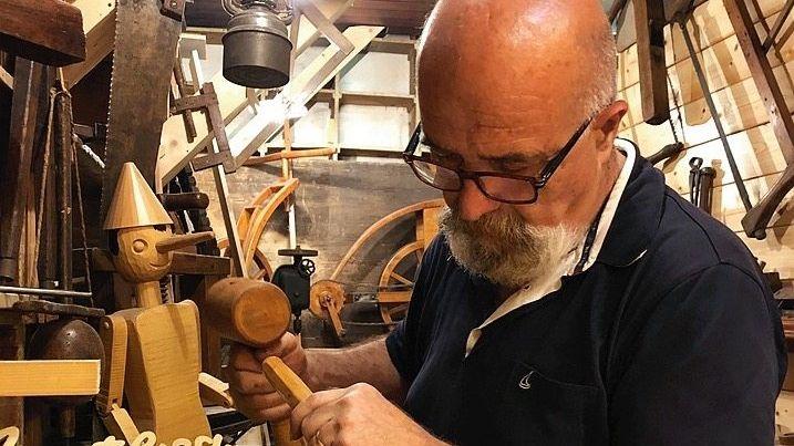 Francesco Bartolucci schnitzt Pinocchios.