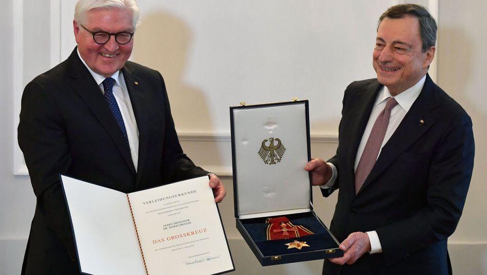 """Steinmeier verleiht Draghi das Bundesverdienstkreuz: """"Passendere Auszeichnung als Pickelhaube"""""""