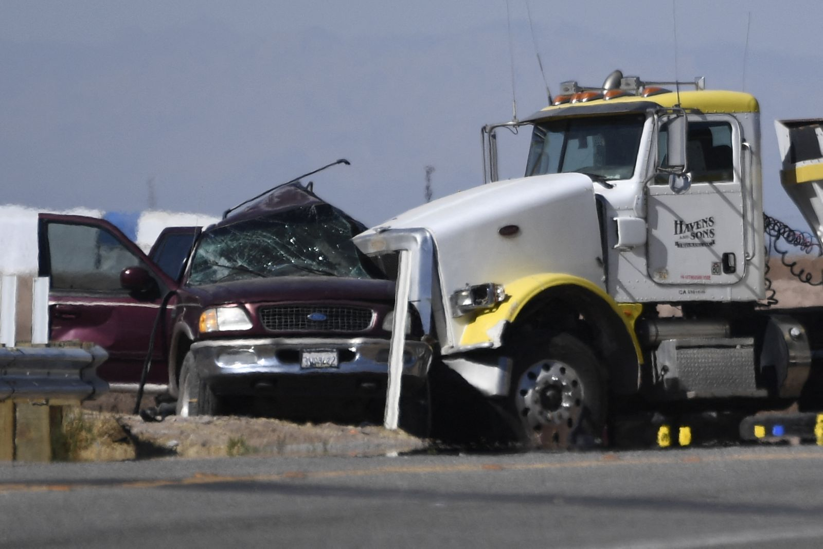 At least 15 dead after SUV, truck collide in California: hospital ban/ec/st