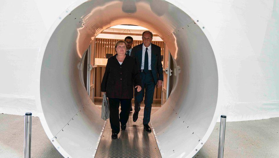 Gerichtsdrama mit Kanzlerin: Martina Eitner-Acheampong hält als Angela Merkel eine salbungsvolle Rede