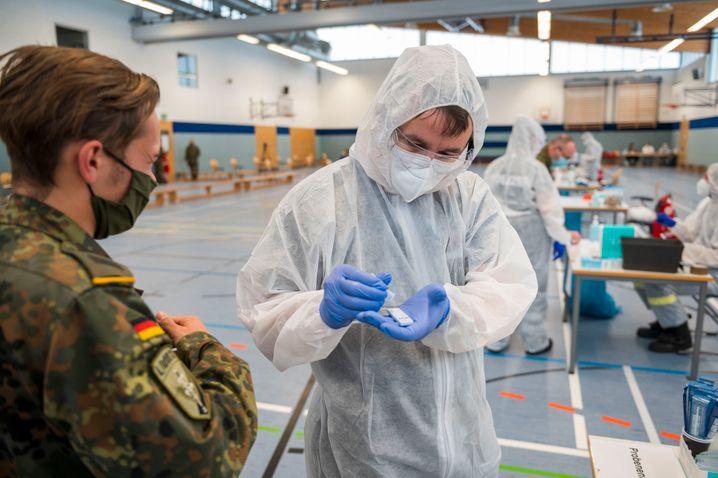 Die Bundeswehr unterstütze Gesundheitsämtern bereits bei der Kontaktverfolgung – nun sollen sie auch bei der Corona-Impfung helfen