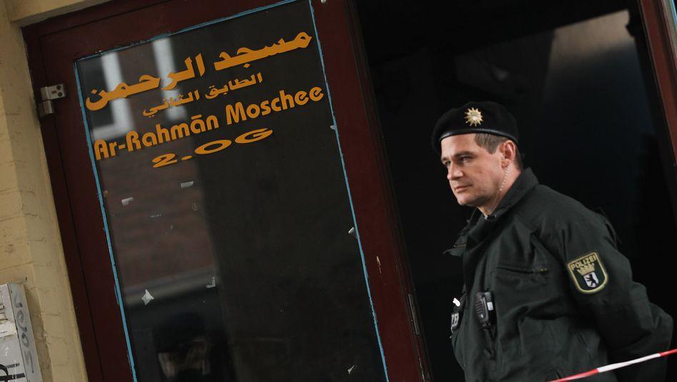 Polizist vor der Al-Rahman-Moschee in Berlin: Die Verdächtigen haben sich häufig hier aufgehalten