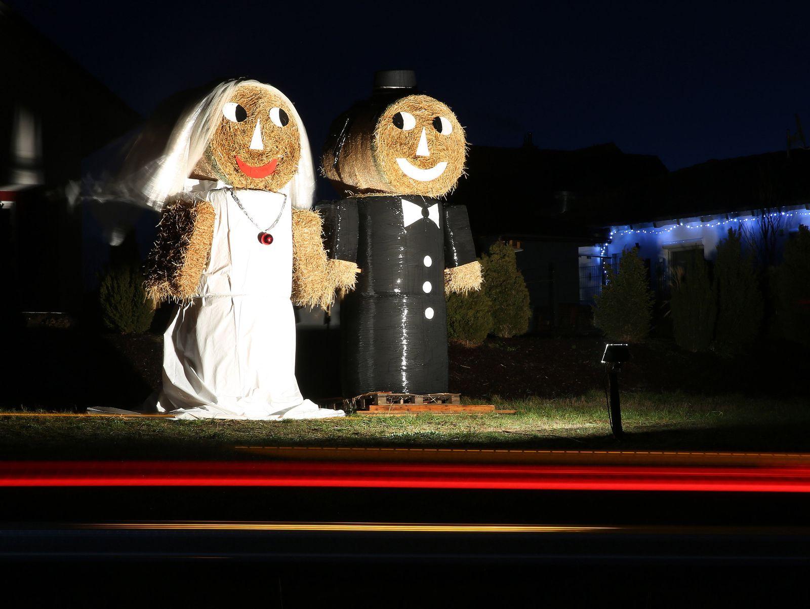 Hochzeitspaar aus Strohballen