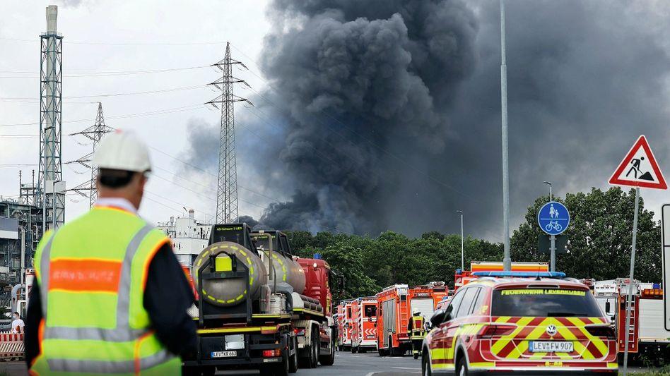Löschfahrzeuge vor der brennenden Currenta-Anlage