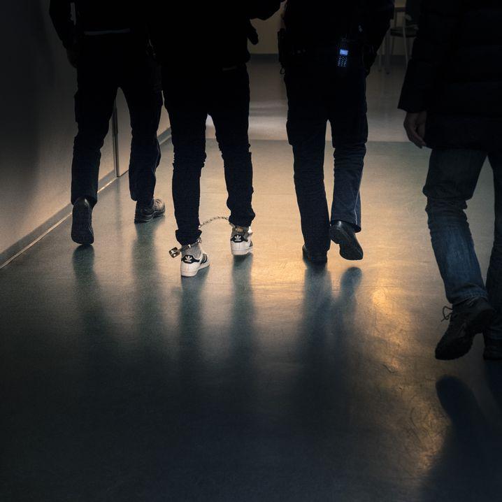 """Täter K. in Fußfesseln vor dem Gerichtssaal in Freiburg: """"Heute Nacht mache ich das, was ich machen will"""""""