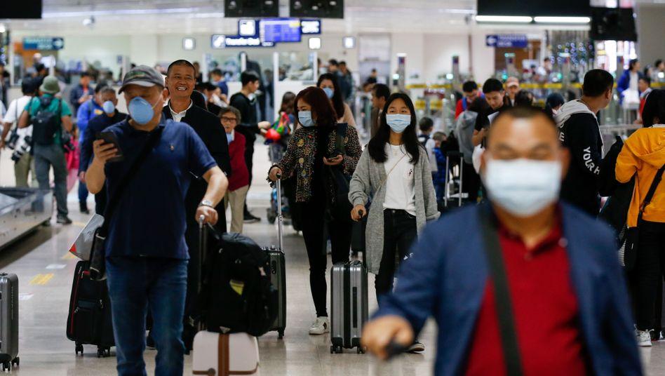 Flughafen in Manila: Reisende aus China kommen mit Mundschutz an
