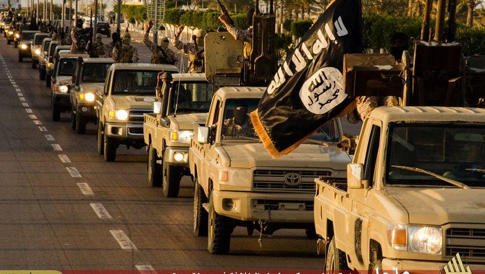 Propaganda-Foto von Islamisten: Das Bild soll einen IS-Konvoi nahe Sirt im Februar 2015 zeigen