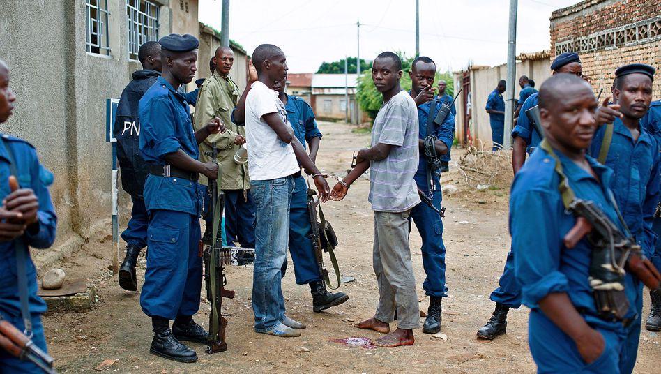 """Burundische Polizisten bei einer Festnahme: """"Neue und äußerst beunruhigende Gewaltmuster"""""""