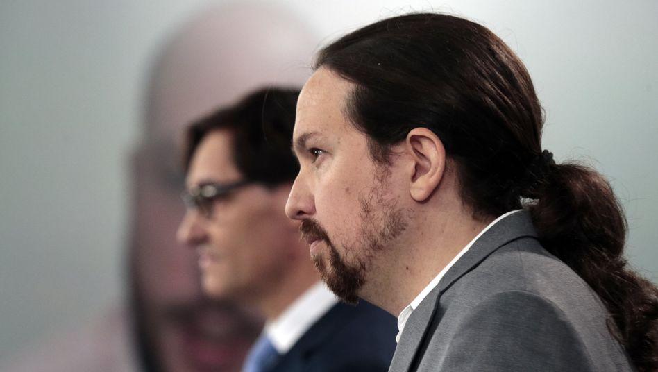 Pablo Iglesias (vorn) neben Gesundheitsminister Salvador Illa: Verwirrung um Corona-Regeln für Kinder