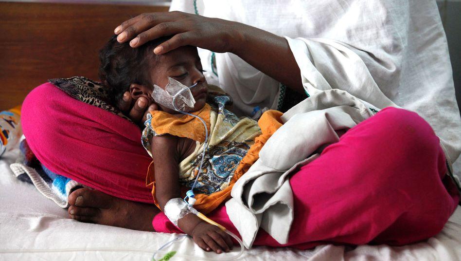 Die dreijährige Mariam aus Pakistan ist an Masern erkrankt
