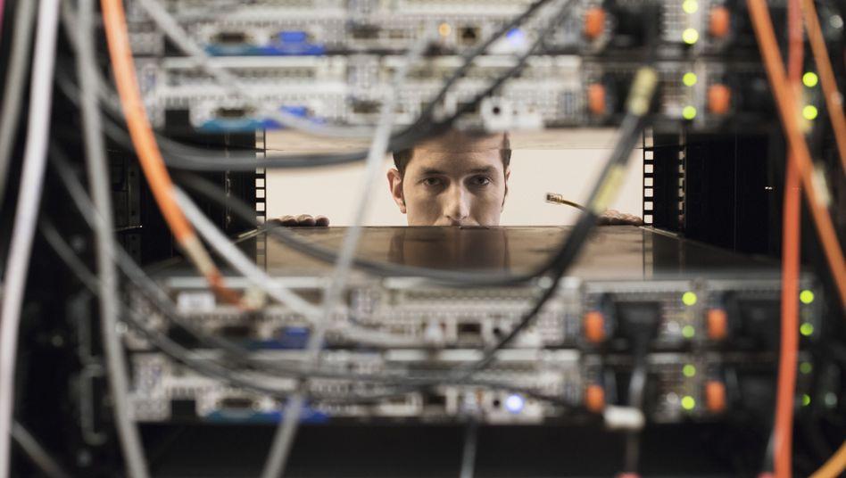 Ein Techniker im Serverraum: Neustart im Schnellverfahren