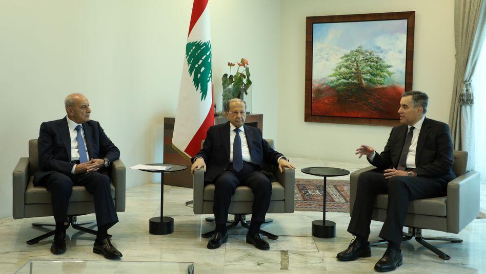 Mustapha Adib (r.) mit Präsident Michel Aoun und Parlamentssprecher Nabih Berri im Präsidentenpalast nahe Beirut
