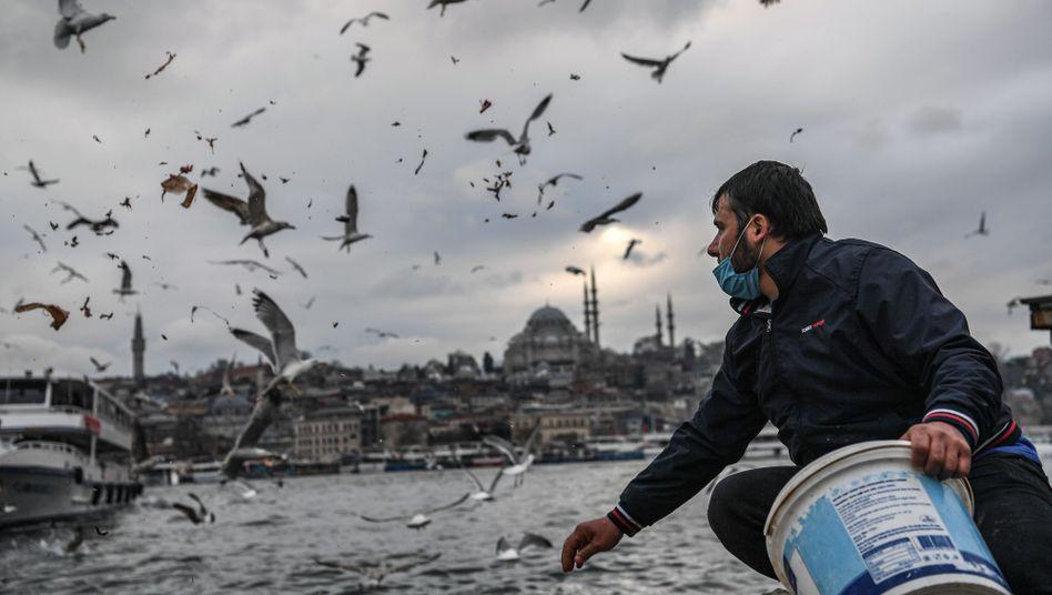 Möwenfüttern in Istanbul: Aufgrund von Bauproblemen verzögert sich ein wichtiges Staudammprojekt wohl um mehrere Jahre