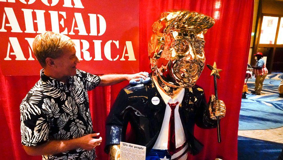 Eine Statue für Trump: Tommy Zegan mit seinem Gold-Trump