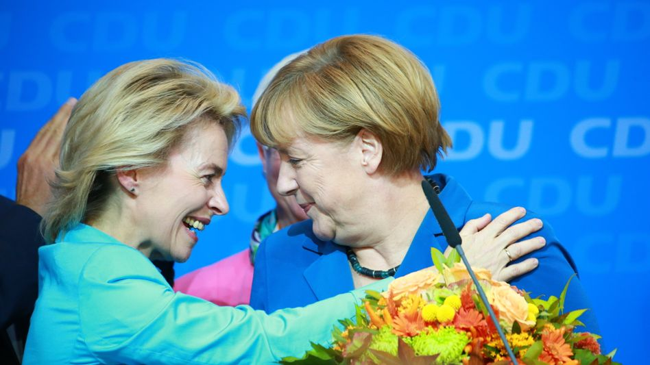 Künftige Verteidigungsministerin von der Leyen, Kanzlerin Merkel: Zwei Frauen in Spitzenpositionen