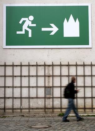 """Kirchen-Schild (in München): """"Die Alternative wäre, wir machen die Arbeit gar nicht mehr"""""""