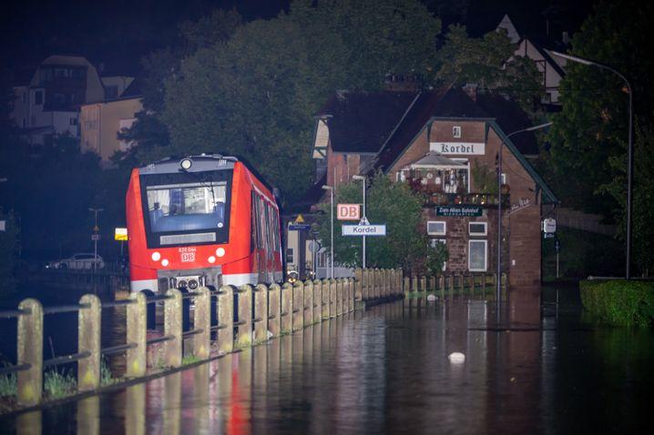 Ein Zug steht in der Nacht am Bahnhof in Kordel, Rheinland-Pfalz. Ein Teil des Ortes wurde von den Wassermassen der Kyll überflutet.