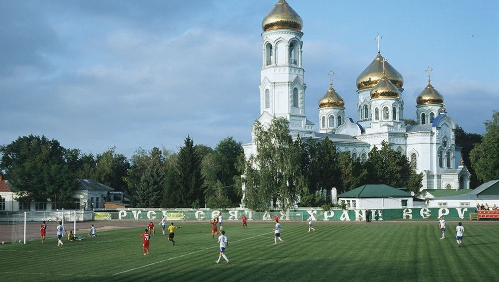 Fußballfotos aus Russland: Kicken neben Kriegsschiffen