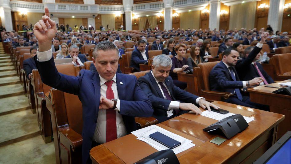 Rumänische Parlamentarier bei der Abstimmung: Regierungssturz per Misstrauensvotum