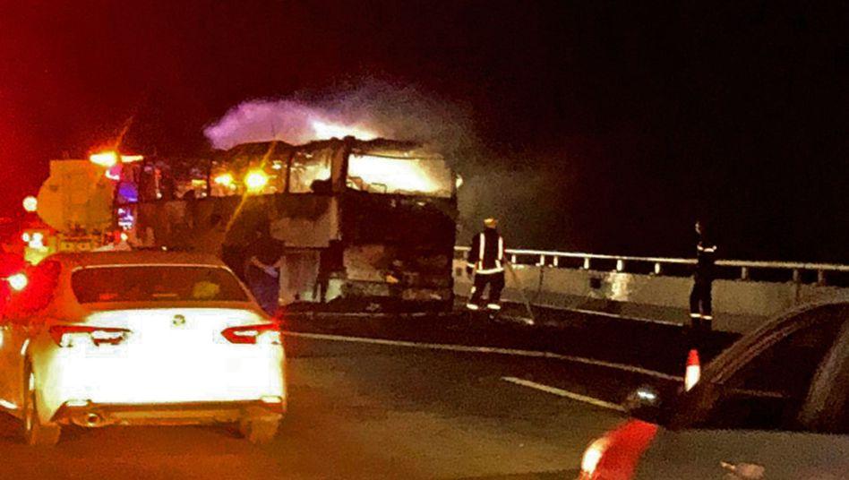 Auf einer Straße zwischen den saudi-arabischen Städten Medina und Mekka brennt ein Reisebus