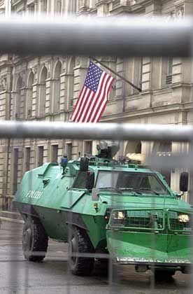 Vor der amerikanischen Botschaft zogen Panzer auf
