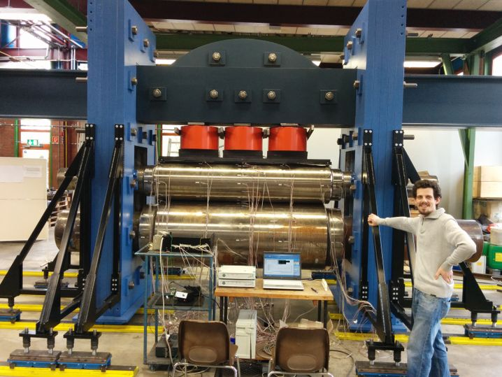 Masterstudent Rolf Braun: Der den Stahl mit der Hand presst