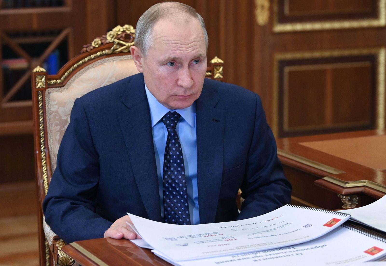Russia Putin 6637368 30.08.2021 Russian President Vladimir Putin meets with Tver Region Governor Igor Rudenya, in Moscow