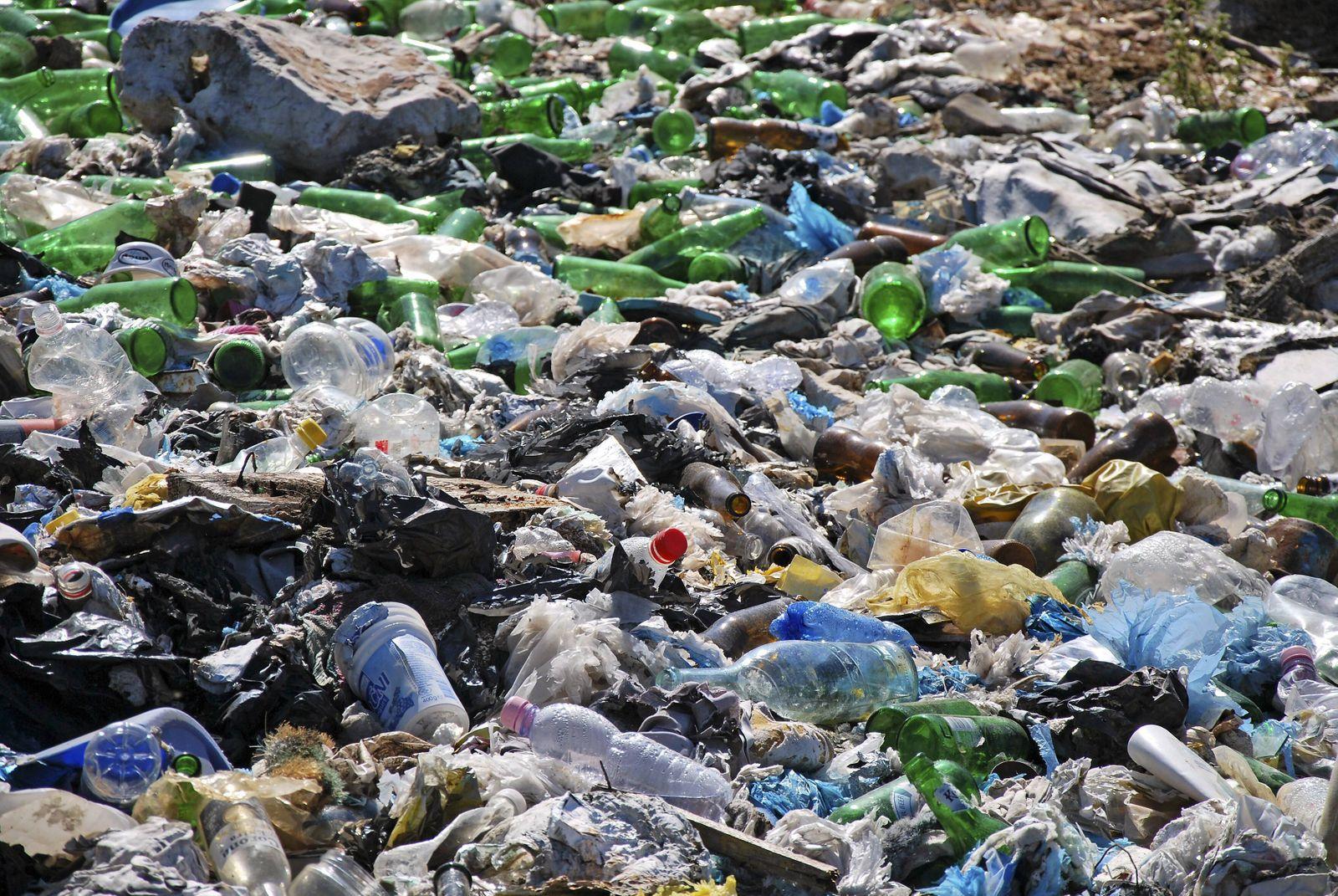 Müllhalde, Plastikmüll *** garbage dump, plastic garbage PUBLICATIONxINxGERxSUIxAUTxHUNxONLY 040442NE