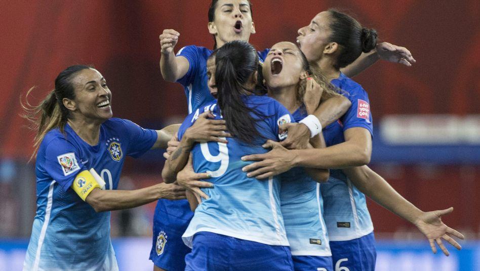 Brasiliens Nationalspielerinnen: Jubel mit Torschützin Andressa Alves