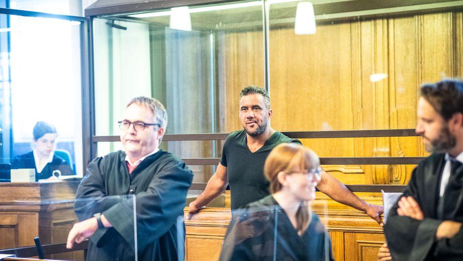 Angeklagter Abou-Chaker mit Verteidigern (im August): Antrag auf Einstellung des Verfahrens