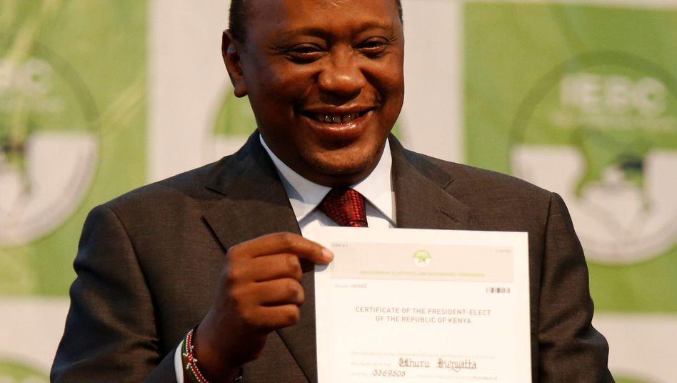President-elect Uhuru Kenyatta mit Siegerurkunde