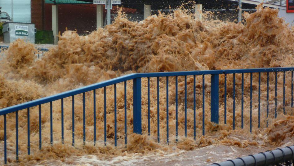 Meterhohe Wasserwand: Sturzflut schießt durch australische Stadt