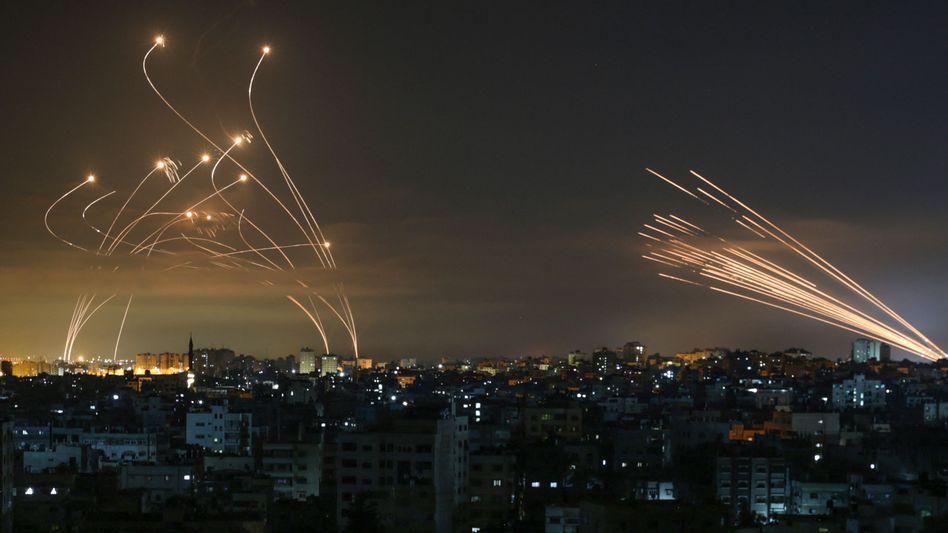 Raketen, vom Gazastreifen (r.) aus auf Israel abgefeuert, werden von »Iron Dome«-Raketen in der Luft zur Explosion gebracht (am 14. Mai)