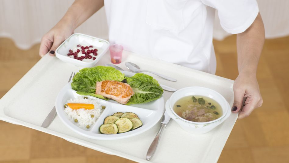 Eine Diätassistentin plant und bereitet Mahlzeiten zu