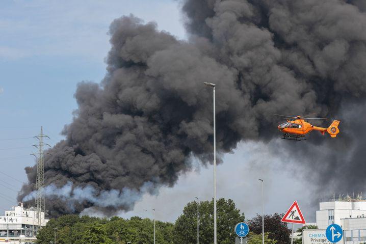 Rauchsäule über dem Chempark Leverkusen