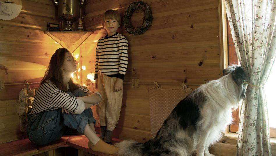 Alexandra, 22, mit ihrem Bruder Severyan, 6, und Hund Gray in Novoselki, einem kleinen Dorf in der Nähe von Moskau. Die beiden sind seit dem 16. März in Selbstisolation