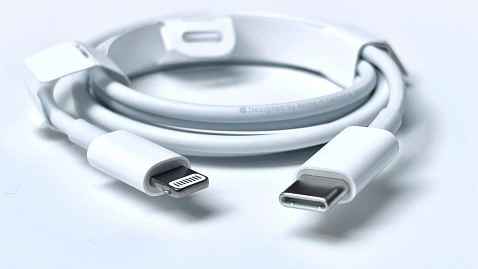 Apple-Ladekabel: USB-C an einem Ende, »Lightning« am anderen